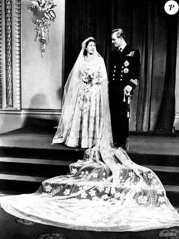 La princesse Elisabeth (future reine Elisabeth II) et le lieutenant Philip Mountbatten lors de leur mariage le 20 novembre 1947.