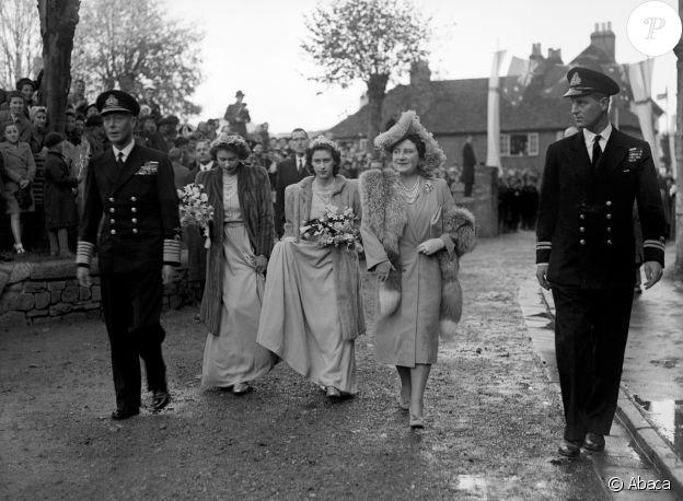 Le roi George VI et la reine Elisabeth avec leurs filles les princesses Elisabeth (future Elisabeth II) et Margaret, demoiselles d'honneur, ainsi que le lieutenant Philip Mountbatten au mariage de Patricia Mountbatten et Lord Brabourne le 26 octobre 1946 à l'abbaye de Romsey.