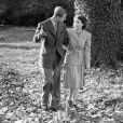 La princesse Elisabeth et le lieutenant Philip Mountbatten, jeunes mariés, marchant sur les terres de Broadlands du comte Moutnbatten en novembre 1947 lors de leur lune de miel.