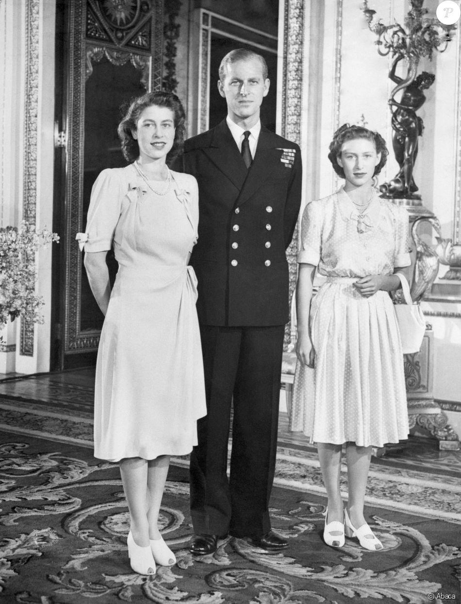 La princesse Elisabeth, le lieutenant Philip Mountbatten, et la princesse  Margaret à Buckingham Palace en septembre 1947.