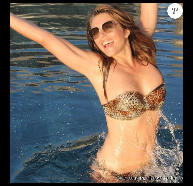Elizabeth Hurley s'affiche en maillot de bain sur sa page Instagram pour assurer la promotion de sa ligne de vêtements de plage. Photo publiée au mois d'octobre 2016
