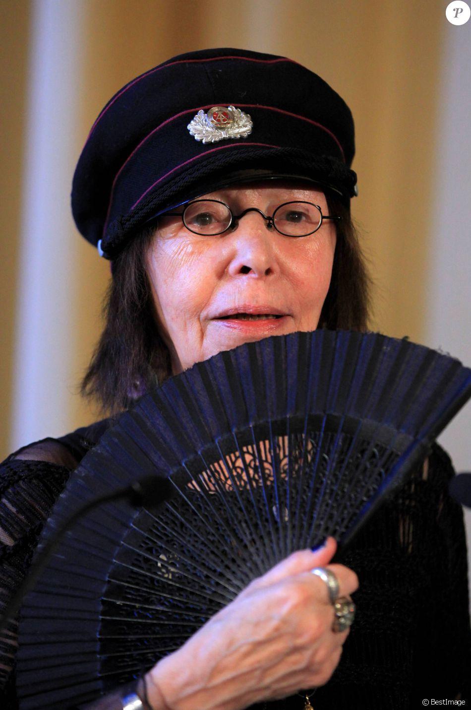 Brigitte Fontaine - Remise de la médaille Vermeil de la ville de Paris, par Christophe Girard, le 22 mars 2012