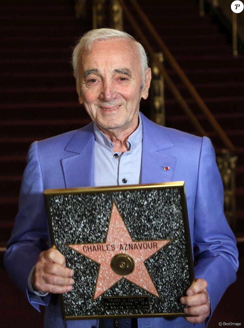 Charles Aznavour reçoit une étoile d'honneur de la communauté arménienne à Hollywood, Los Angeles, le 27 octobre 2016.