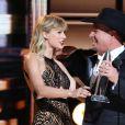 Taylor Swift and Garth Brooks lors de la 50ème cérémonie des CMA Awards organisée à Nashville le 2 novembre 2016.