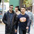 Joe Jonas se balade à New York avec un ami le 2novembre 2016.