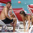 Ryan Phillippe et sa compagne Paulina Slagter profitent de la plage à Miami, le 9 juin 2014.