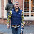 Exclusif - Andy Cohen, très souriant, promène son chien sous la pluie dans les rues de New York, le 10 janvier 2016