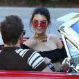 Kendall Jenner tourne une émission à bord d'une Ford Mustang Rouge à Los Angeles le 10 novembre 2016