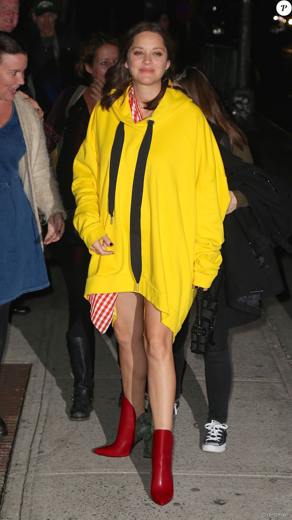 Marion Cotillard enceinte et étrangement vêtue, arrive à l'émission de Stephan Colbert à New York, le 16 novembre 2016