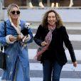 Exclusif - Kaley Cuoco est allée déjeuner avec une amie au restaurant Porto Villa à Beverly Hills. Elle porte son petit chien blanc dans les bras. Le 16 novembre 2016