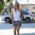 """Exclusif - Kaley Cuoco à la sortie de son cours de yoga à Sherman Oaks. Elle porte un sac de sport avec l'inscription """"Carrying This Bag Full Of Shit Is My Cardio'!! Le 26 septembre 2016"""