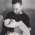 Le footballeur Mathieu Valbuena et sa fille Léa, au lendemain de sa naissance, posent sur Instagram en février 2016.