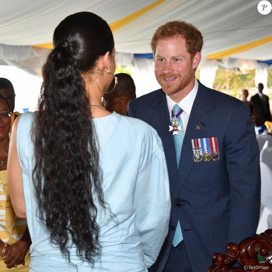 Le prince Harry rencontre Rihanna lors du 50ème anniversaire de l'indépendance de la Barbade, le 30 novembre 2016.