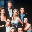 Jennie Garth, Brian Austin Green, Tori Speling, Shannen Doherty, Jason Priestley, Luke Perry, Ian Ziering et Gabrielle Carteris dans Beverly Hills, en 1990.