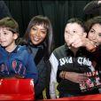 Naomi Campbelle et Afef Jnifen avec des enfants
