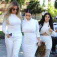 Khloe, Kourtney et Kim Kardashian enceinte, toutes en blanc, vont dîner au restaurant Casa Escobar à Westlake Village, le 7 juillet 2015.