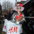 Lady Gaga prend quatre heures de son temps de shopping pour discuter avec des jeunes sans abris et partager ses gâteaux à Londres le 7 décembre 2016. C'est dans le quartier de East London que la chanteuse fait une halte et prend le temps de discuter en toute simplicité avec de jeunes gays dans un foyer pour adolescents. Après cet arrêt imprévu, la chanteuse se rend dans un pub pour se détendre avec des amis.