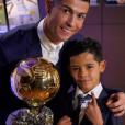 Cristiano Ronaldo sacré Ballon d'or par France Football pour la quatrième fois le 12 décembre 2016, et prend la pose avec son fils Cristiano Jr.