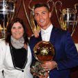 Cristiano Ronaldo sacré Ballon d'or par France Football pour la quatrième fois le 12 décembre 2016, et prend la pose avec sa maman Dolores.
