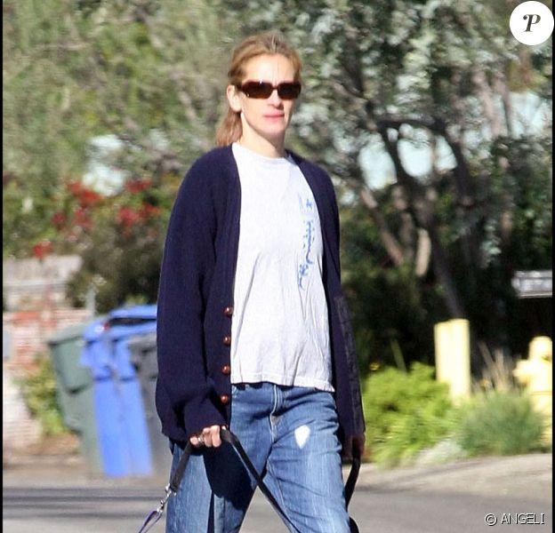 Julia Roberts , en promenade avec Woofy dans les rue de Malibu