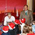 Le prince Albert II et la princesse Charlene de Monaco procédaient le 14 décembre 2016 à la traditionnelle distribution de cadeaux de Noël aux écoliers de la principauté, secondés ici par Louis Ducruet. © Dominique Jacovides / Bestimage