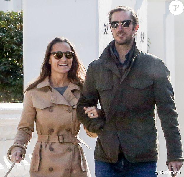 Exclusif - Pippa Middleton et son fiancé James Matthews en promenade avec leurs chiens dans les rues de Londres le 23 octobre 2016. Le couple se mariera le 20 mai 2017 à Englefield dans le Berkshire.