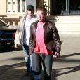 Arnold Schwarzenegger, une attelle à la jambe droite, se promène avec son fils Patrick Schwarzenegger dans les rues de Beverly Hills. Le 20 décembre 2016