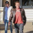 Arnold Schwarzenegger, une attelle à la jambe droite, se promène avec son fils Patrick Schwarzenegger dans les rues de Beverly Hills. Patrick s'arrête un moment pour caresser le petit caniche d'une passante. Le 20 décembre 2016