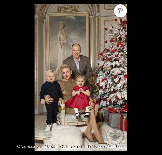 Le prince Albert de Monaco, la princesse Charlène de Monaco et leurs enfants le prince héréditaire Jacques et la princesse Gabriella, adressant leurs meilleurs voeux pour l'année 2017.