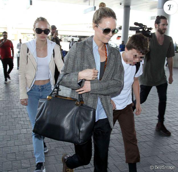 Vanessa Paradis arrive avec ses enfants Lily-Rose Depp et Jack Depp à l'aéroport de LAX à Los Angeles.
