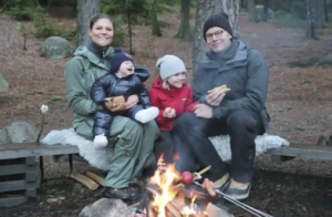Victoria, Daniel, Estelle et Oscar de Suède : Feu de camp de fête(s) !