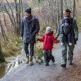 La princesse Victoria et le prince Daniel de Suède photographiés avec leurs enfants la princesse Estelle et le prince Oscar lors d'une randonnée en décembre 2016 au Parc national de Tyresta, au sud de Stockholm. C'est ce cadre qu'ils ont choisi pour adresser leurs voeux à leurs compatriotes pour les fêtes de fin d'année.