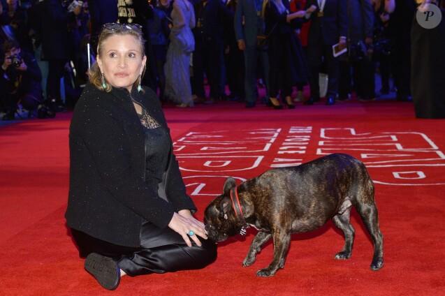 """Carrie Fisher - Première européenne de """"Star Wars : Le réveil de la force"""" au cinéma Odeon Leicester Square de Londres le 16 décembre 2015."""