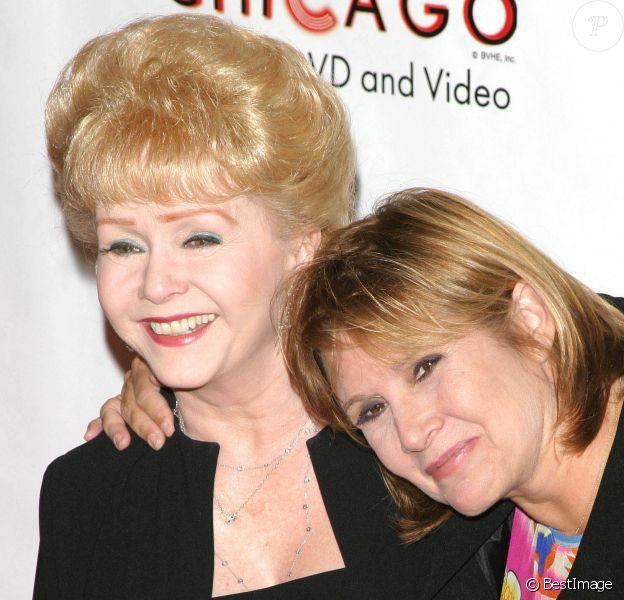 """Carrie Fisher et sa mère Debbie Reynolds au photocall de """"Life Benefit"""" le 19 août 2003."""