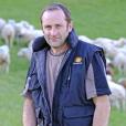 """"""" Vincent, 45 ans et père de deux enfants, est éleveur de brebis allaitantes en Occitanie. C'est un candidat de """"L'amour est dans le pré 2017"""". """""""