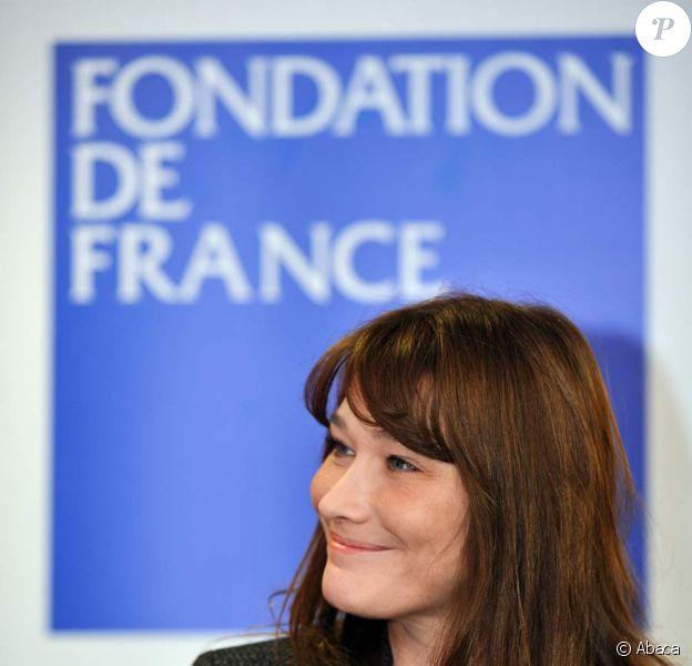 Carla Bruni-Sarkozy remet son chèque à la Fondation de France