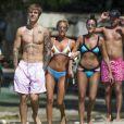 Justin Bieber discute avec des fans lors de ses vacances à La Barbade le 28 décembre 2016.