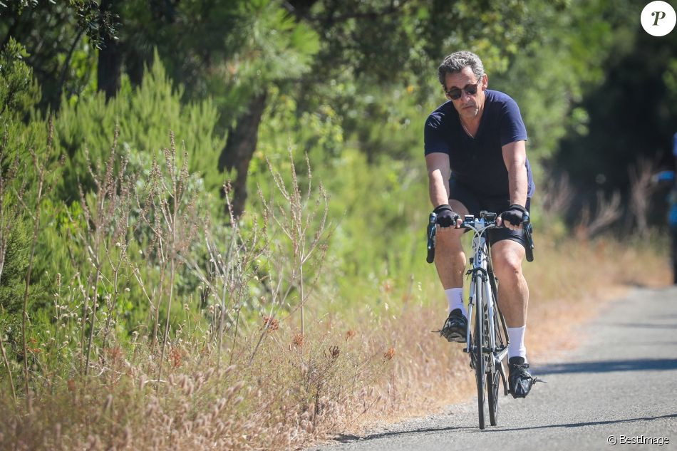 Nicolas Sarkozy interpellé à contresens en vélo — Saint-Tropez