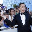 """Gad Elmaleh rencontre ses fans lors de la montée des marches du film """"Elle"""" lors du 69e Festival International du Film de Cannes. Le 21 mai 2016. © Olivier Borde-Cyril Moreau/Bestimage"""