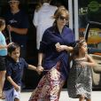 """""""Jennifer Lopez, accompagnée de ses enfants Max et Emme, et son compagnon Casper Smart se sont arrêtés dans une station service pour faire le plein d'essence. Il semblerait que le couple parte en week-end pascal, à en croire les deux jet-skis embarqués derrière leur voiture. Pas si célibataire que ça la chanteuse !! Los Angeles, le 4 avril 2015"""""""