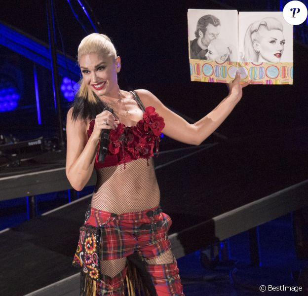 Gwen Stefani reçoit un dessin d'une fan lors de son concet à l'amphithéâtre Irvine Meadows à Irvine, le 30 octobre 2016. © David Bro/Zuma Press/Bestimage