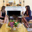 Melania Trump et Michelle Obama prennent le thé dans la Yellow Oval Room (le salon ovale jaune) à la Maison Blanche alors que leurs maris (Donald Trump et Barack Obama) discutent dans le Bureau ovale à Washington, le 10 novembre 2016.