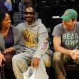 Snoop Dogg, sa femme Shante Taylor assistent à un match de basket