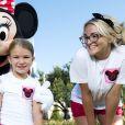 Jamie Lynn Spears, son mari Jamie Watson et sa fille Maddie posent avec Minnie devant le château de Cendrillon à Disney à Lake Buena Vista, le 14 août 2014.