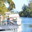 Claudia Romani (Secret Story 9) et son nouveau compagnon Christopher Johns s'embrassent langoureusement sur un ponton à Miami, le 12 février 2017.