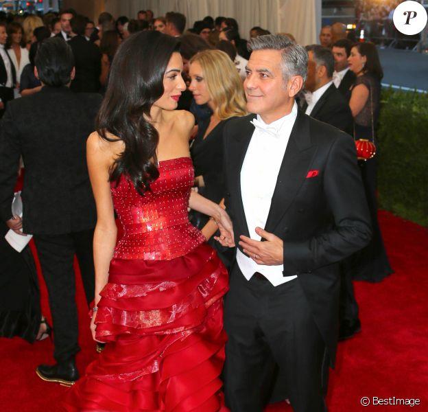 George Clooney et sa femme Amal Alamuddin Clooney à la Soirée Costume Institute Gala 2015 (Met Ball) au Metropolitan Museum célébrant l'ouverture de Chine: à travers le miroir à New York, le 4 mai 2015.