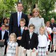 Iñaki Urdangarin et Cristina d'Espagne avec leurs enfants Irene, Juan Valentin, Pablo Nicolas et Miguel lors de la communion des deux aînés en mai 2009 à Barcelone.