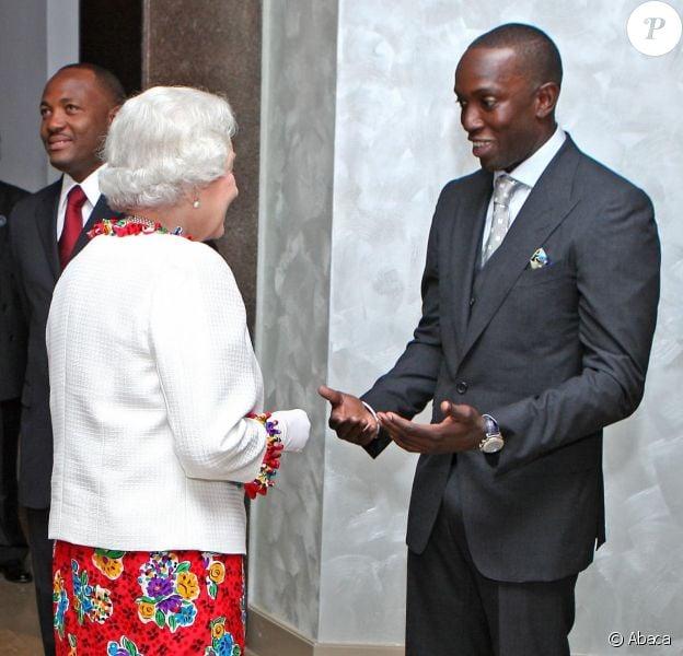 La reine Elizabeth II et le duc d'Edimbourg rencontrant Dwight Yorke, en sa qualité d'ambassadeur des sports de Trinidad-et-Tobago et d'entraîneur de la sélection nationale, lors d'une réception en novembre 2009 à Trinidad-et-Tobago.