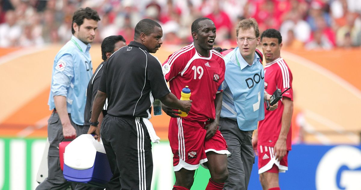 Dwight yorke capitaine de la s lection de trinidad and tobago lors d 39 un match contre l - Musique coupe du monde 2006 ...