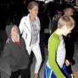 Sharon Stone et ses enfants Quinn et Laird arrivent au Staples Center de Los Angeles pour assister au match de basket Los Angeles Lakers contre Denver Nuggets le 25 Mars 2016.